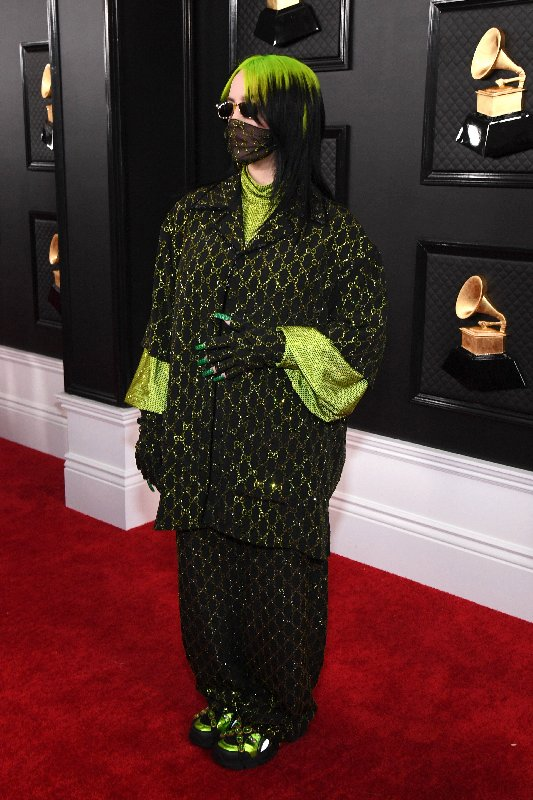 Photo de la chanteuse Billie Eilish sur le tapis rouge des Grammy Awards.
