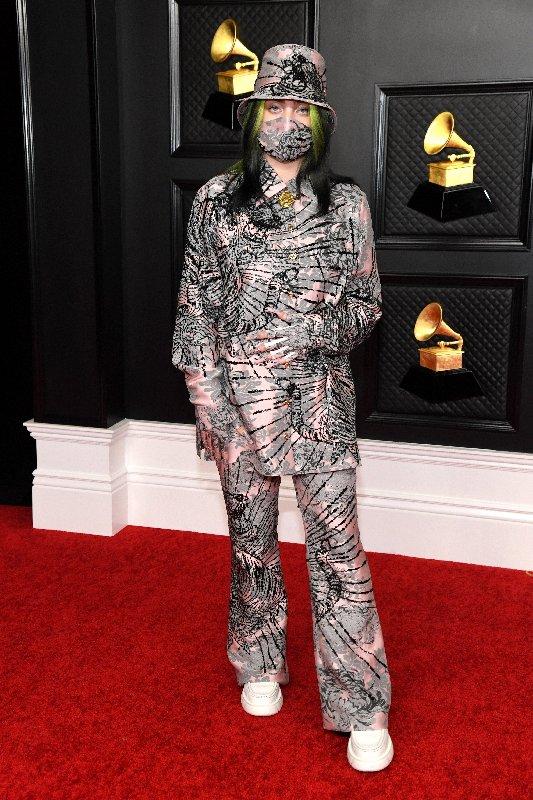 Billie Eilish debout sur le tapis rouge des Grammy 2021
